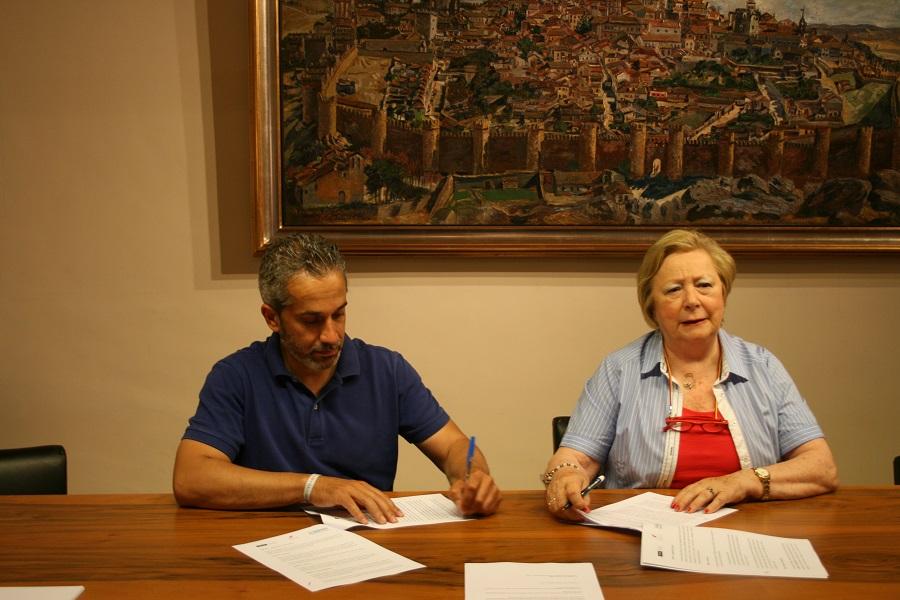 Ángel de propios y Dolores Ruíz-Ayúcar  firman el convenio