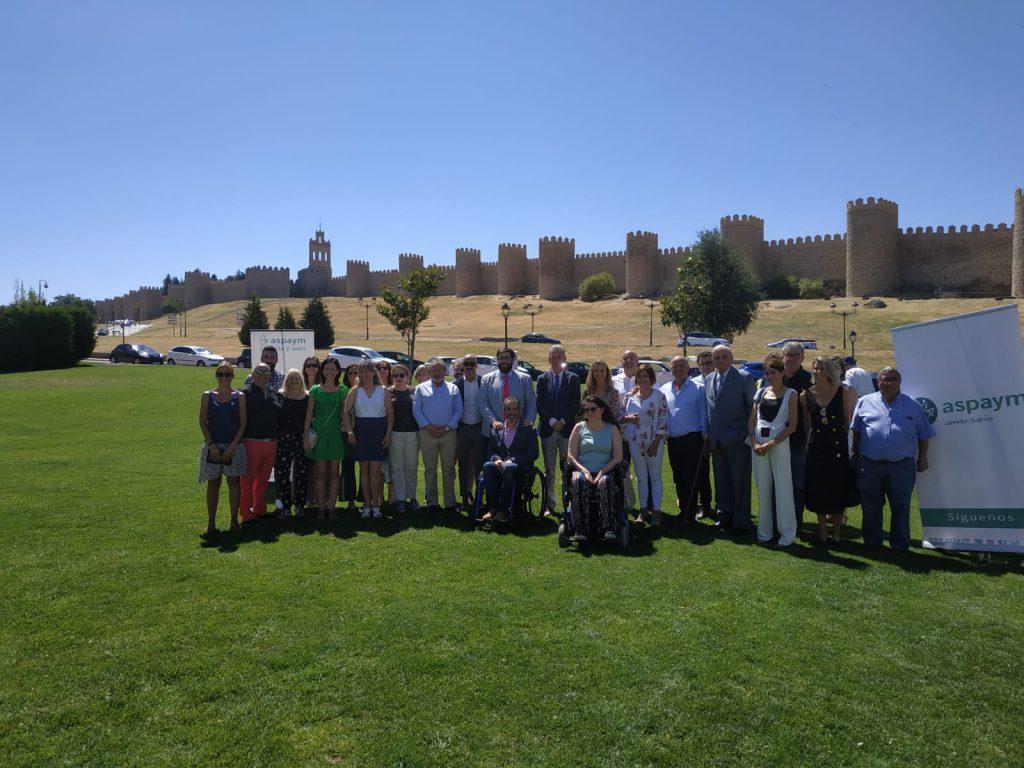 Autoridades posan frente a las murallas de Ávila en la presentación del campamento