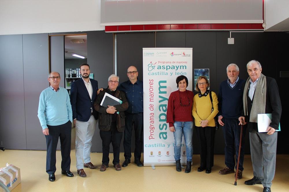 Miembros de la comisión del programa de mayores posan en la sede de ASPAYM en Valladolid