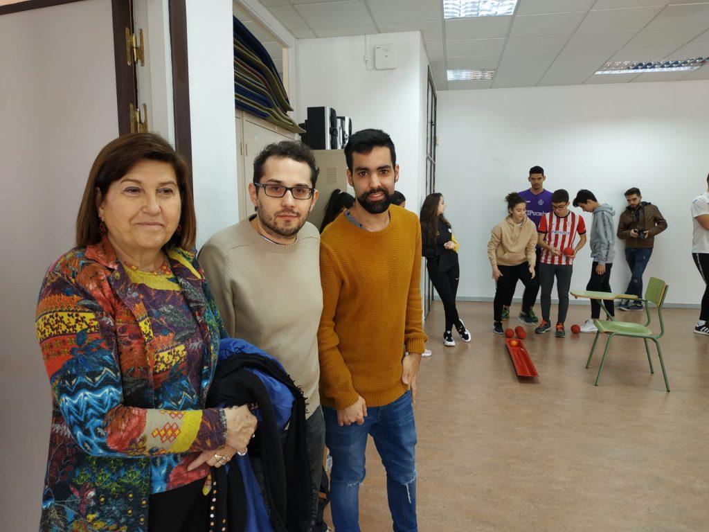 Técnicos de ASPAYM Juventud posan con la concejala Victoria Soto