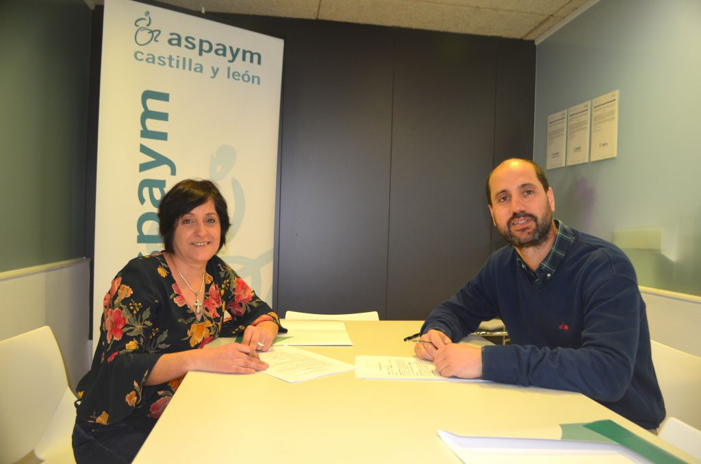 Anabel Pérez firma el convenio con un representante de Leroy Merlin