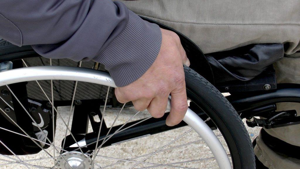 Detalle de una silla de ruedas
