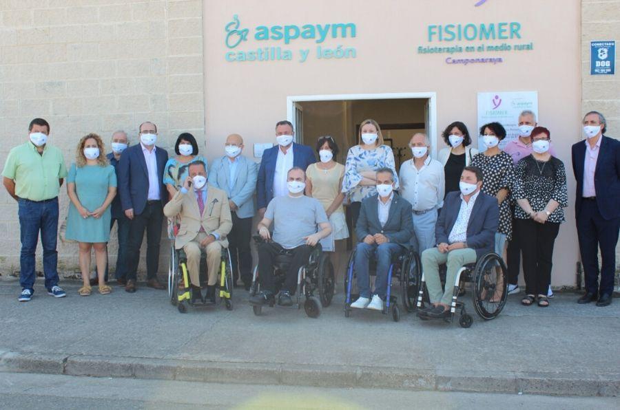 Las autoridades y representantes de ASPAYM CyL posan en la entrada de la nueva sede de la entidad
