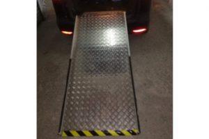 Vista de la rampa plegable colocada en un vehículo
