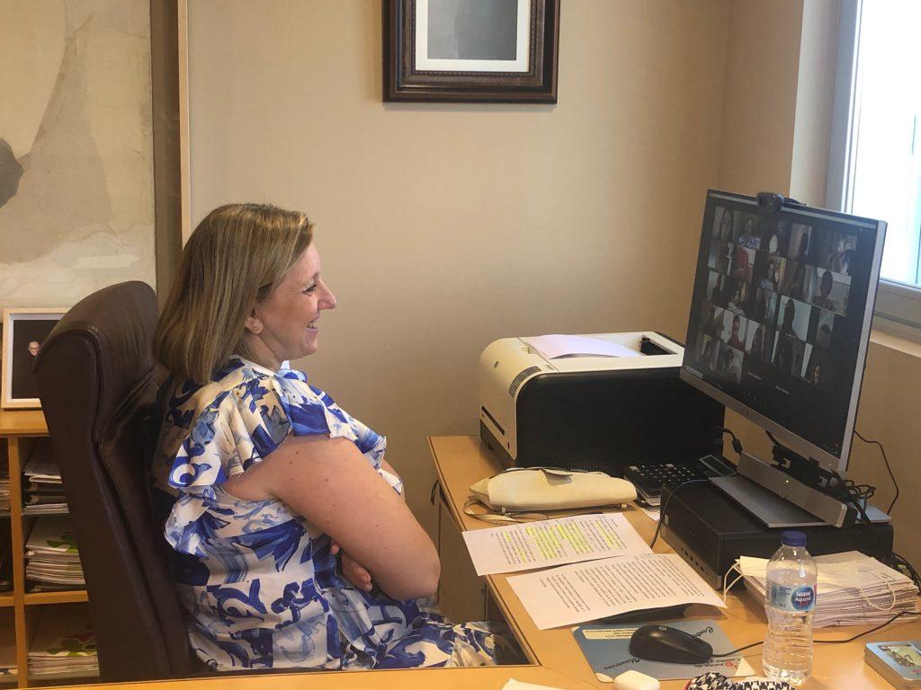 Isabel Blanco, consejera de familia de la Junta de Castilla y león, frente a su ordenador durante la inauguración del encuentro, viendo a los participantes en su pantalla.