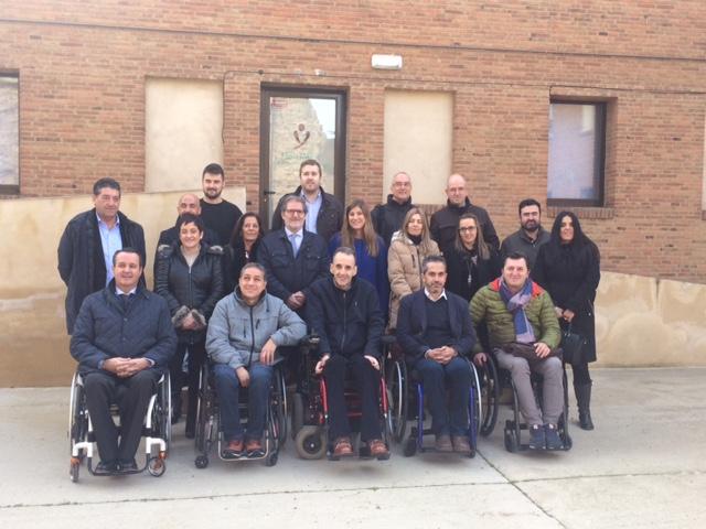 Miembros de ASPAYM Posan en la sede de FIsiomer