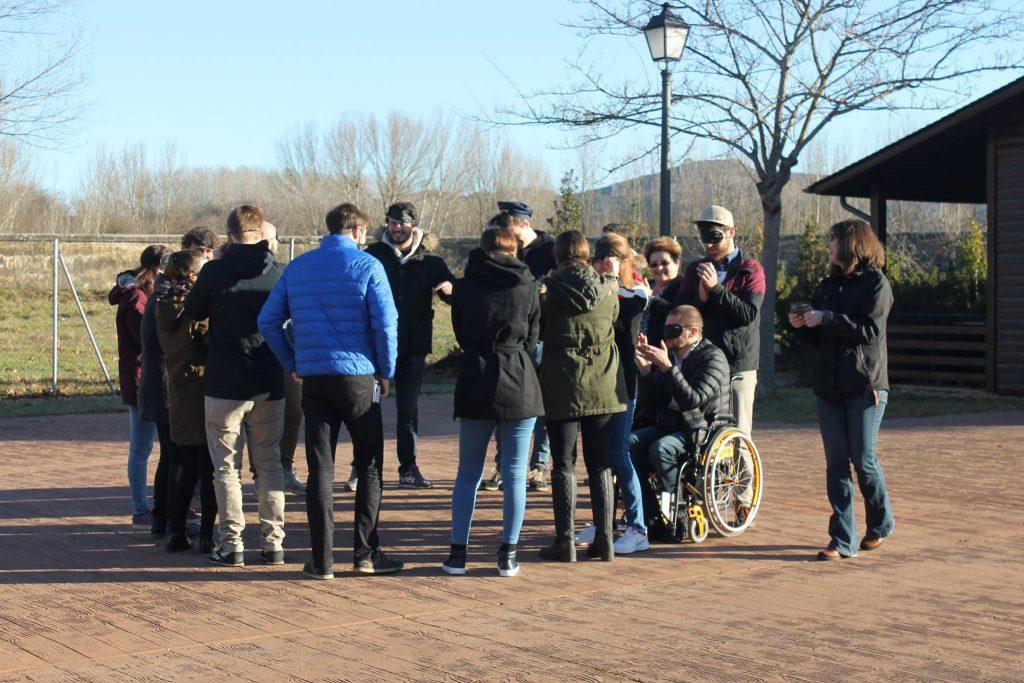 Jovenes europeos realizando una actividad en el Bosque de los Sueños durante el encuentro