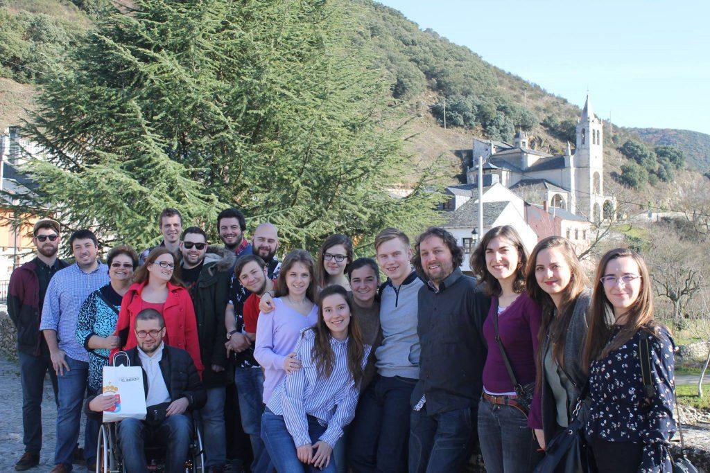 Fotografía grupal de los jóvenes asistentes al encuentro.