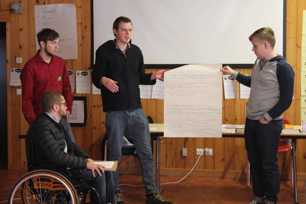 Jóvenes participantes realizando una presentación en una de las dinámicas del encuentro.