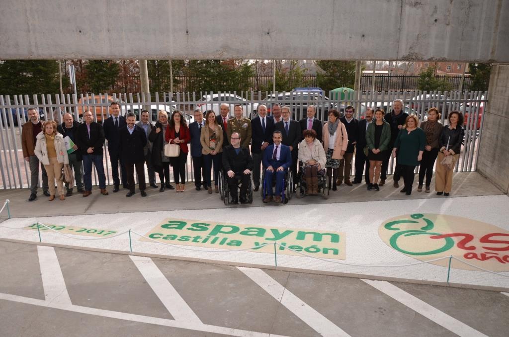 Junta directiva, socios, trabajadores y amigos de ASPAYM posan en la entrada de su sede en Valladolid