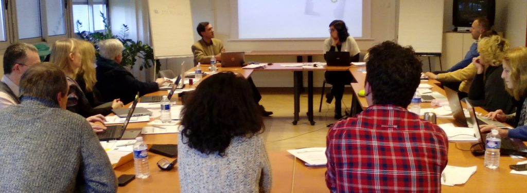 Asistentes a la reunión del proyecto durante una presentación