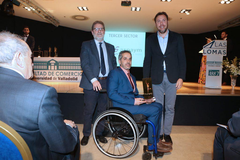 Ángel de Propios y Julio Herrero recogiendo el premio