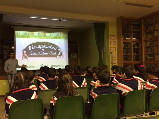 Alumnos del colegio atienden durante la formación del programa Willy