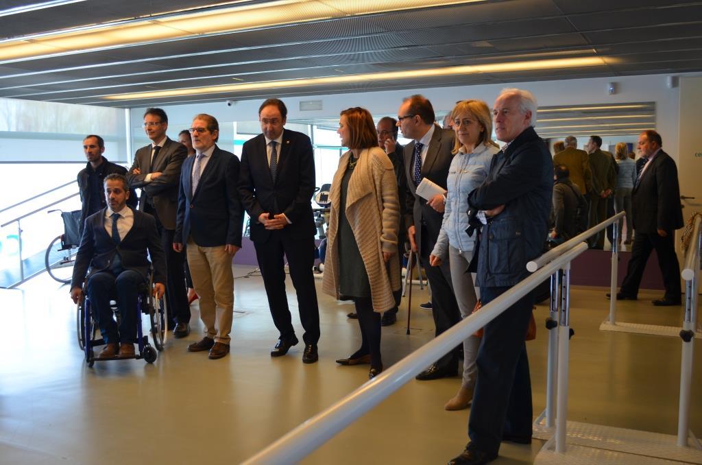 Autoridades y representantes de ASPAYM asisten a la inauguración de la sede de Palencia