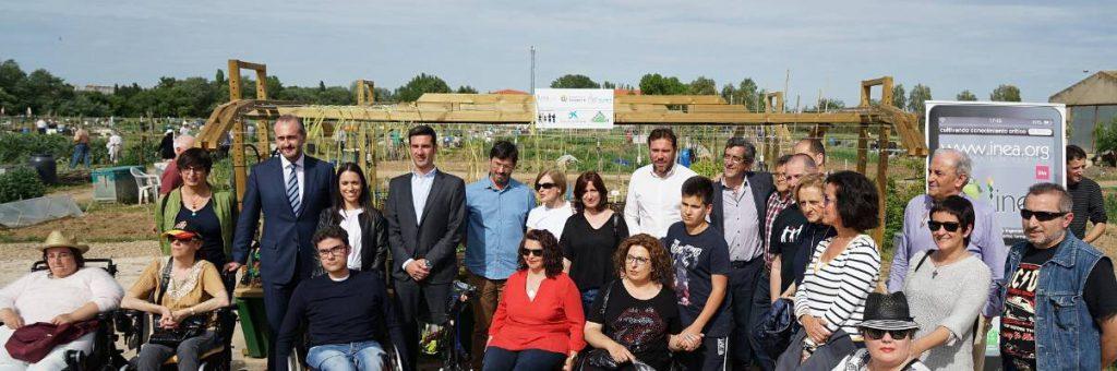 Los beneficiarios de los huertos adaptados posan con el alcalde de Valladolid y otros miembros del Ayuntamiento