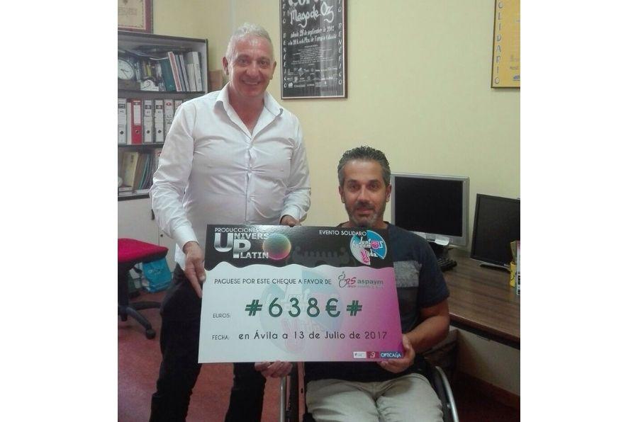 """Ángel de Propios, presidente de ASPAYM CyL, recoge el cheque de la recaudación del evento solidario """"Juntos hacemos vida"""""""