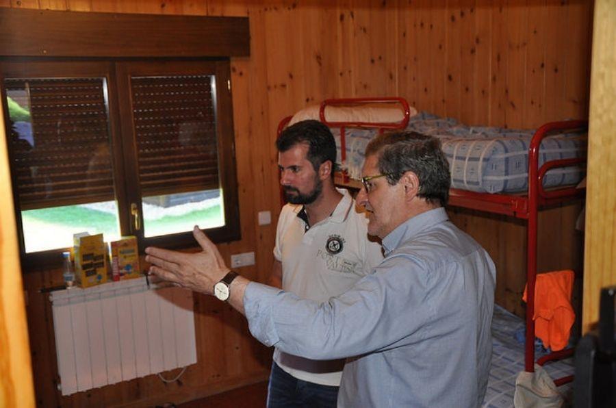 Luis Tudanca con Julio Herrero, visitando el XX Campamento ASPAYM