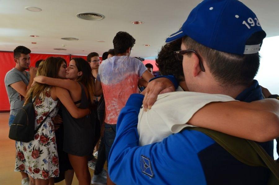 Participantes del encuentro juvenil SMILE se abrazan en la despedida