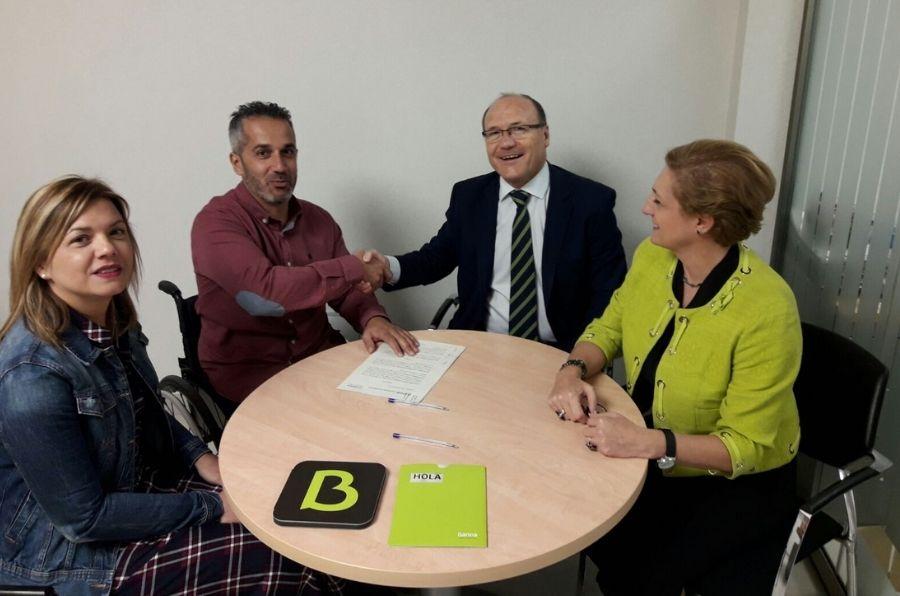 Representantes de Bankia y ASPAYM CyL en la firma del convenio