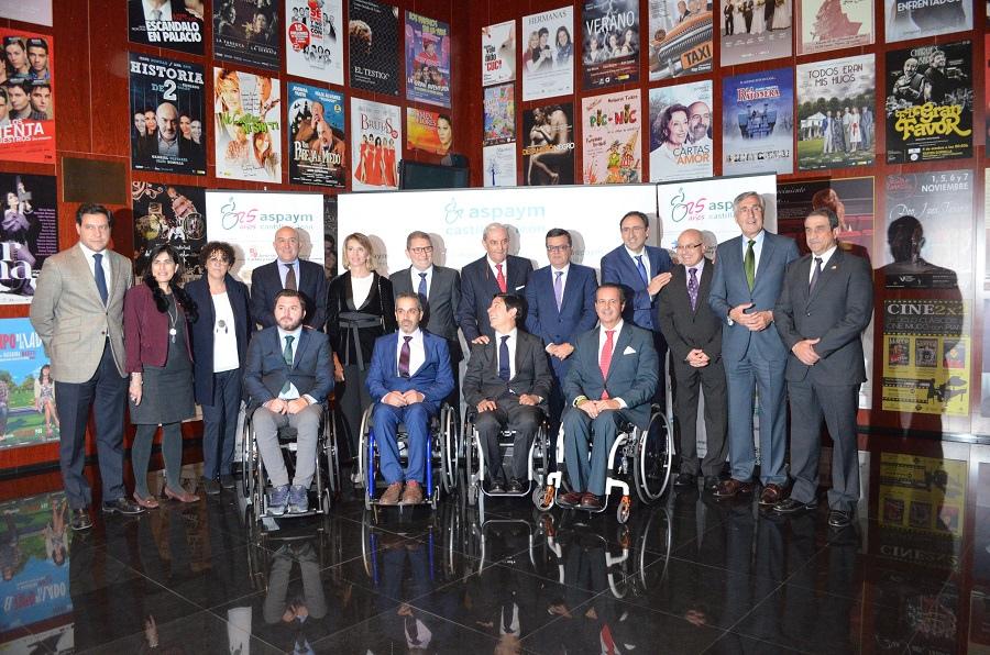 Foto de familia de la gala de clausura del 25º aniversario de ASPAYM Castilla y León
