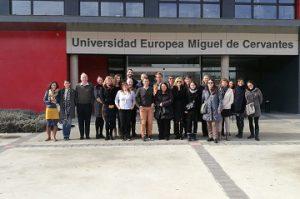 Asistentes a la reunión del proyecto CVI posan en la entrada de la universidad