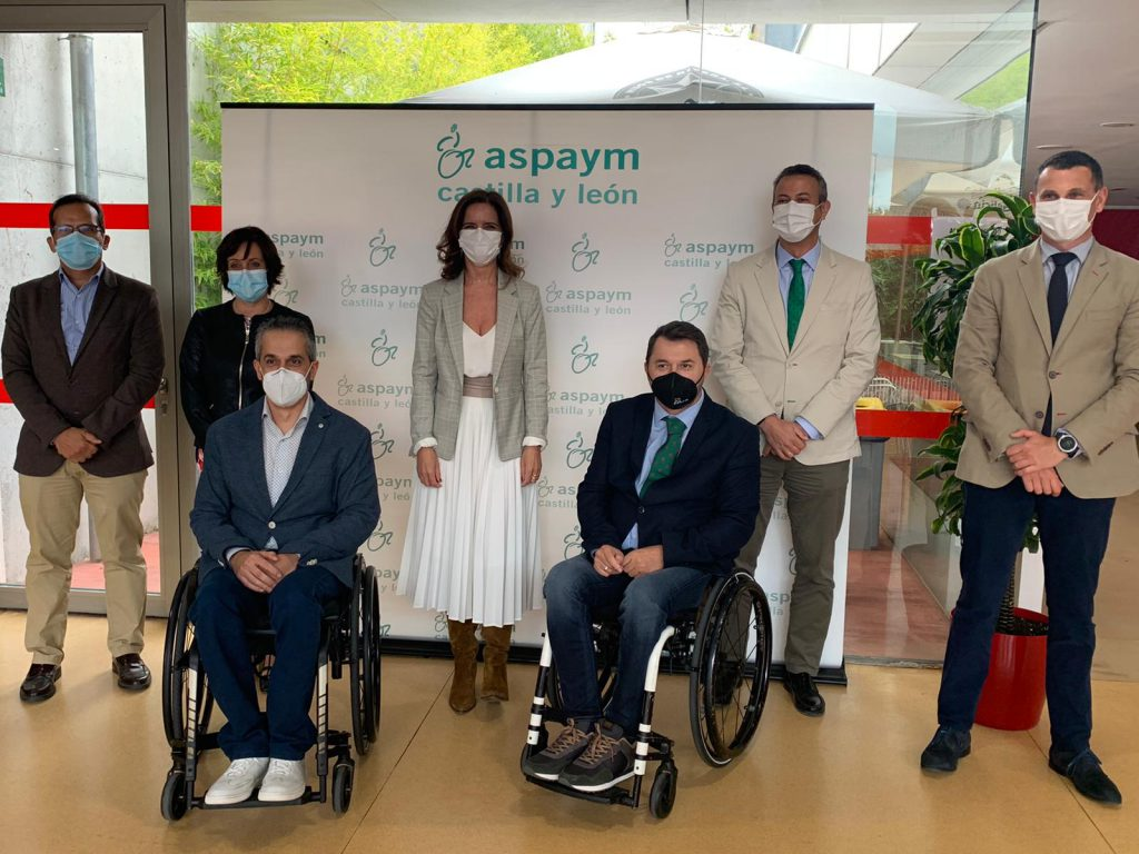 Foto de familia de la consejera con representantes de ASPAYM Castilla y León