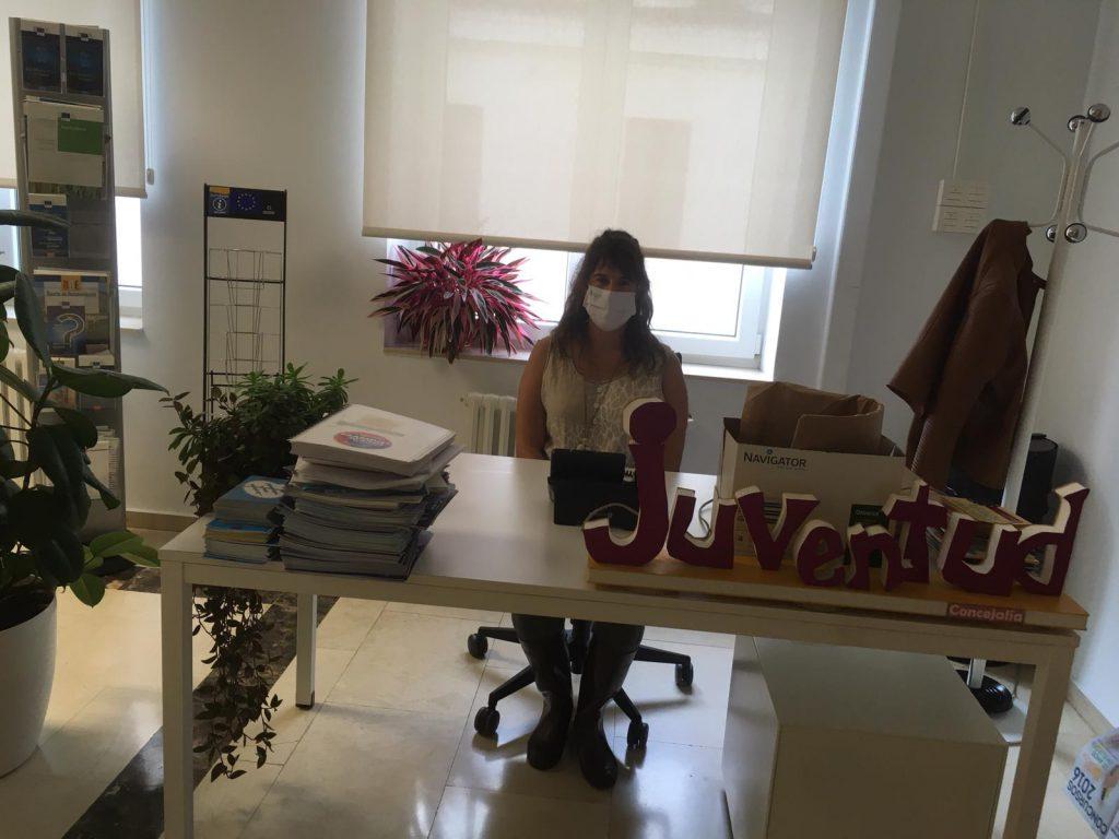 Fotografía de Lara en su puesto de trabajo