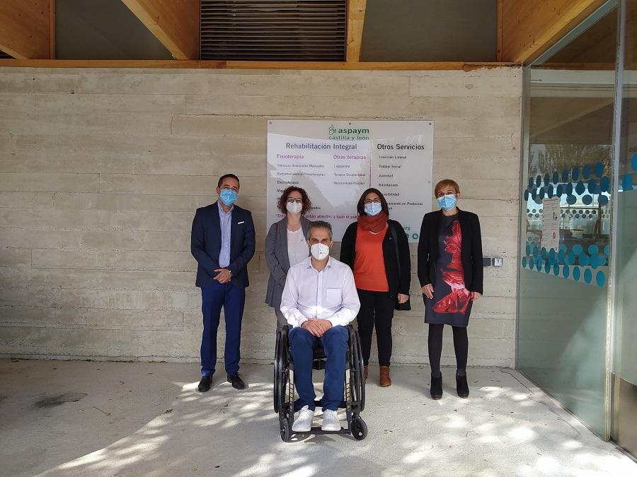 Miembros de ASPAYM CYL y de la Federación de Asociaciones de Diabetes posan en la entrada de la sede de Ávila