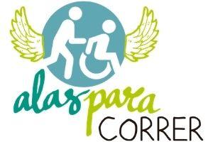 Persona con discapacidad en silla de ruedas ayudado por un voluntario