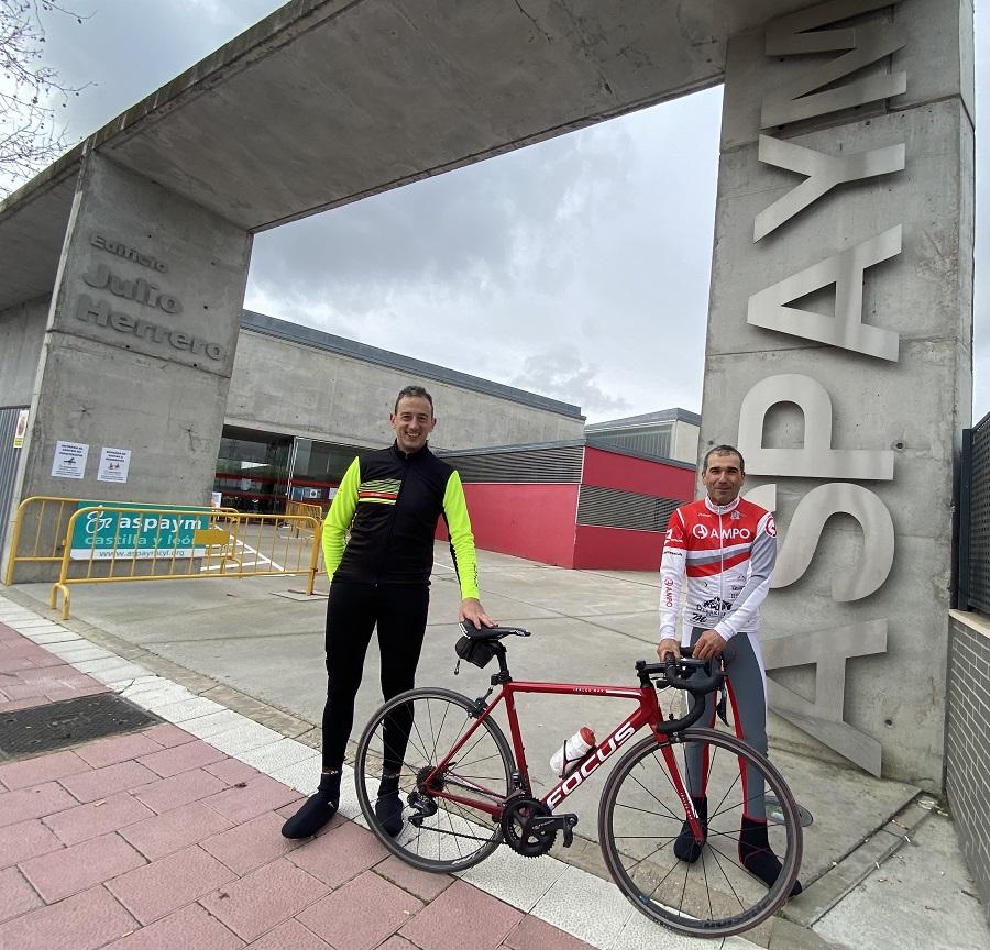 Los ciclistas protagonistas del Reto Solidario posan en la entrada de ASPAYM CYL en Valladolid
