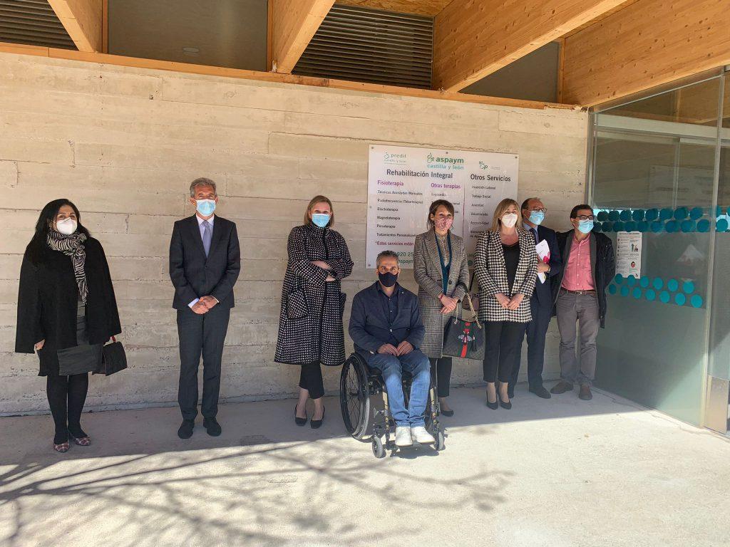 Foto de familia durante la firma del convenio con la JCYL