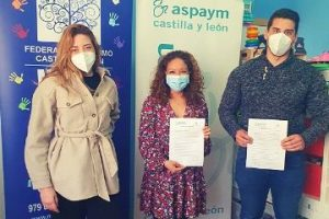 Representantes de ASPAYM CYL y Mundo Azul Palencia en la firma del convenio