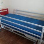 cama con barreras laterales