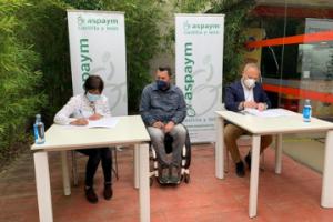 Represnetantes de ASPAYM CYL y LEROY MERLIN en la firma del convenio