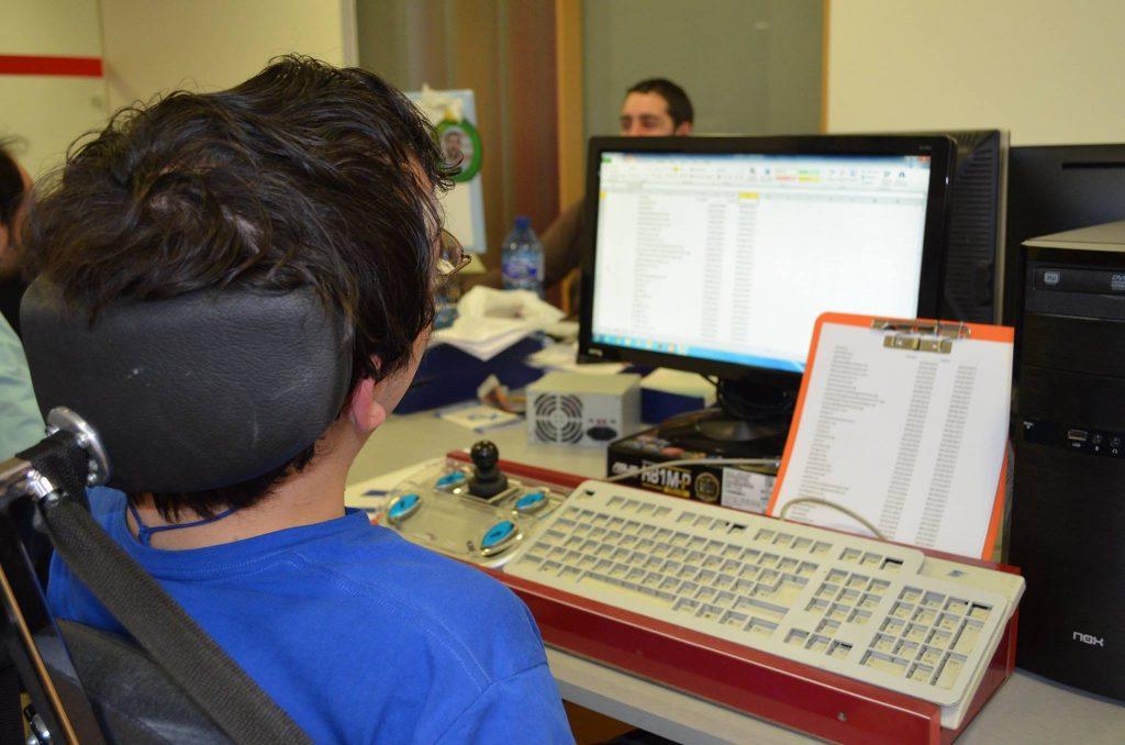 Fotografía de una persona con discapacidad utilizando un ordenador