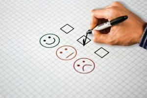 Imagen de un usuario rellenando una encuesta
