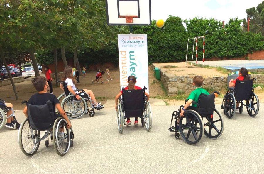 Jóvenes participantes del taller Deporte y Discapacidad desarrollado por ASPAYM CyL en Ávila