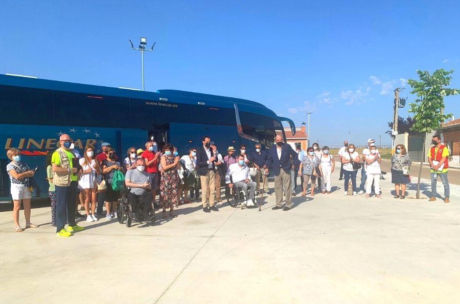 30 matapozuelanos mayores de 60 años, personal de ASPAYM CyL junto con Conrado Íscar posan antes de partir