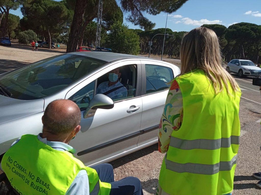 Voluntario en el punto de control de tráfico de la campaña