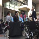 alcalde de león y representantes de aspaym posan junto a sillas de ruedas