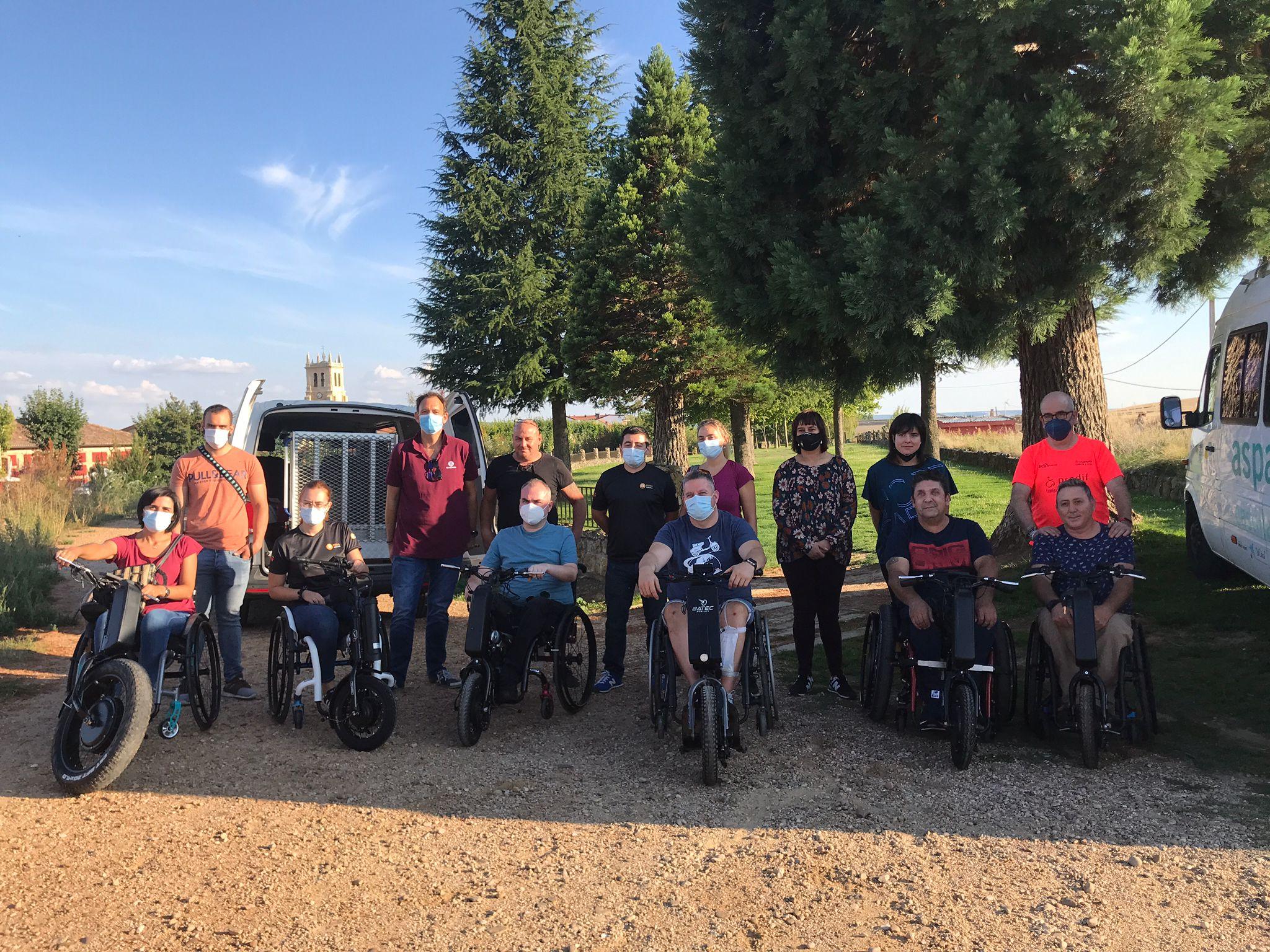 Grupo de usuarios al inicio de la ruta accesible en el Canal de Castilla