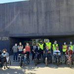 Usuarios posan con las handbikes en la entrada de la sede de León antes del inicio de la ruta